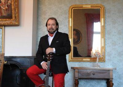 Manfred Gitarre stehend